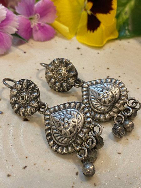 ANTIQUE EMBOSSED PETAL GHUNGROO EARRING